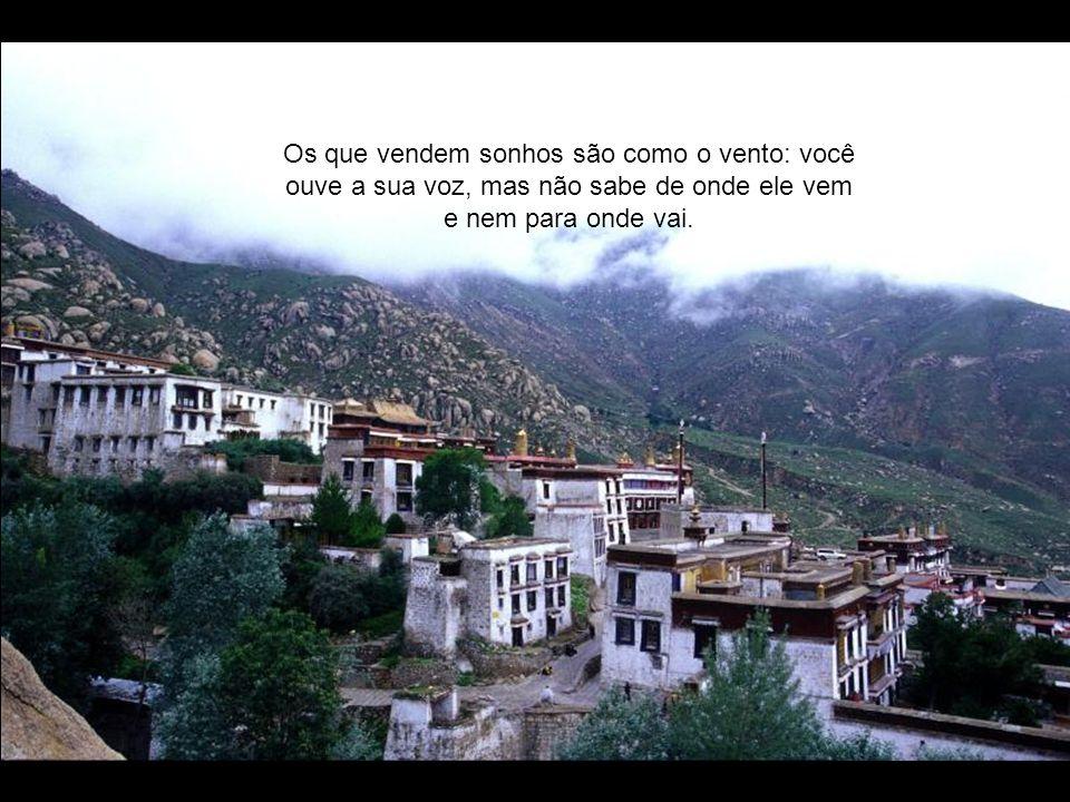 Os que vendem sonhos são como o vento: você ouve a sua voz, mas não sabe de onde ele vem e nem para onde vai.