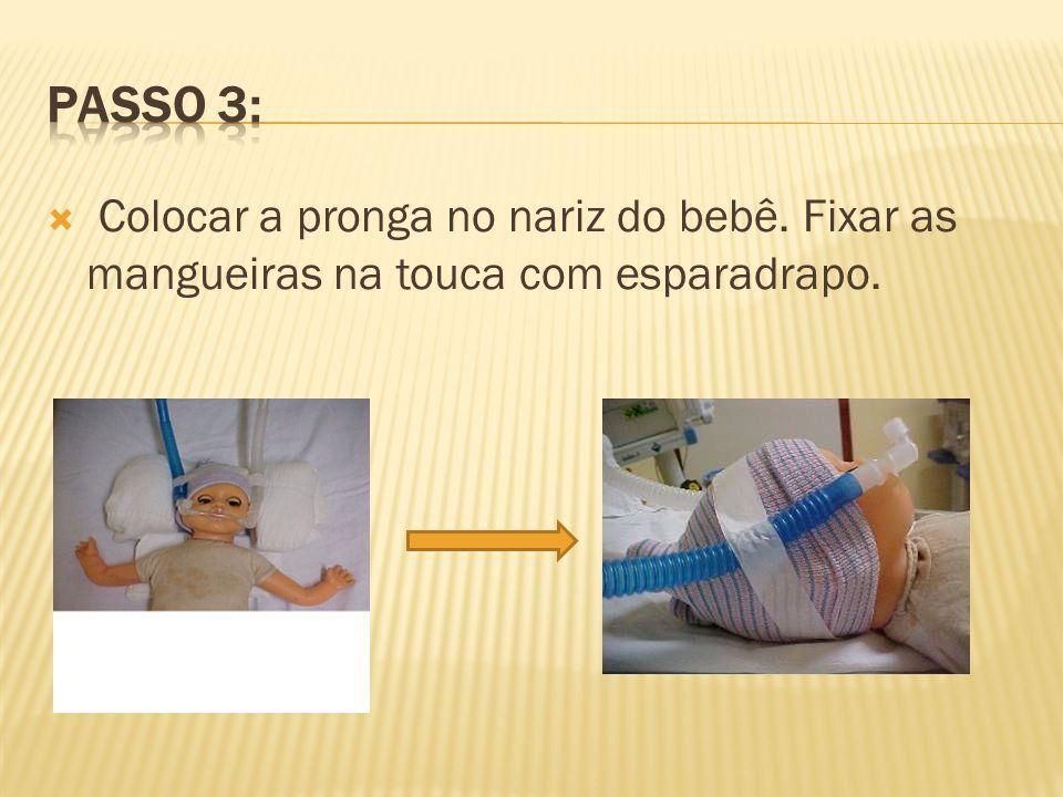 Passo 3: Colocar a pronga no nariz do bebê. Fixar as mangueiras na touca com esparadrapo.