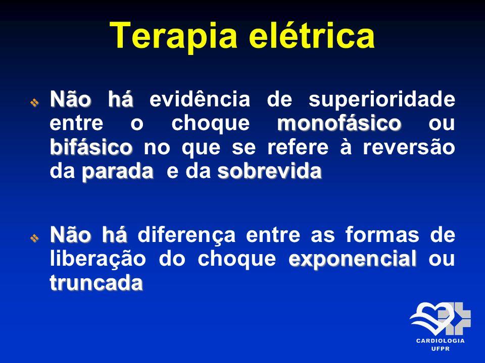 Terapia elétricaNão há evidência de superioridade entre o choque monofásico ou bifásico no que se refere à reversão da parada e da sobrevida.
