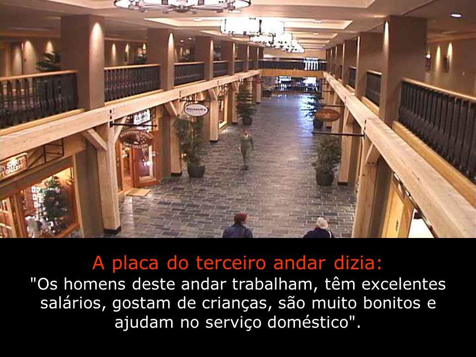 A placa do terceiro andar dizia: Os homens deste andar trabalham, têm excelentes salários, gostam de crianças, são muito bonitos e ajudam no serviço doméstico .