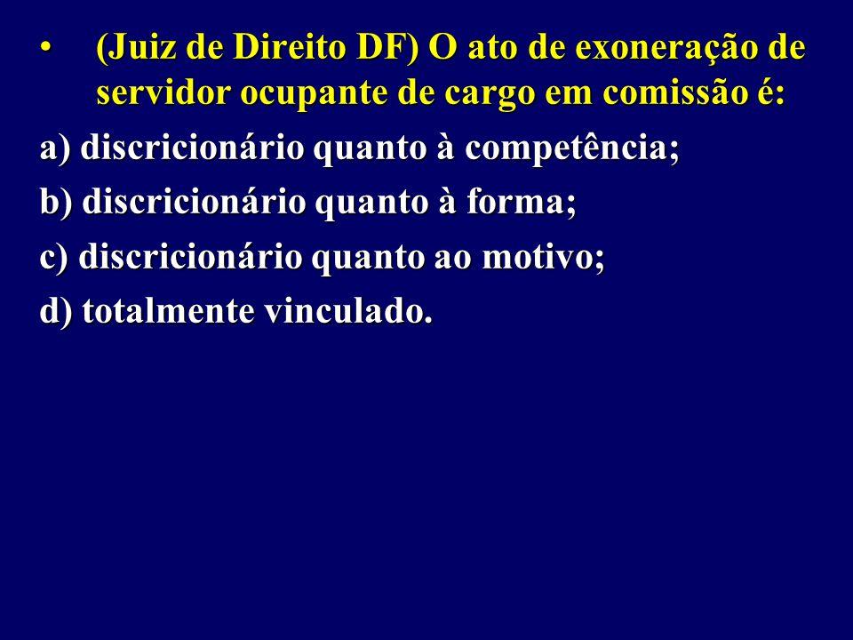 (Juiz de Direito DF) O ato de exoneração de servidor ocupante de cargo em comissão é: