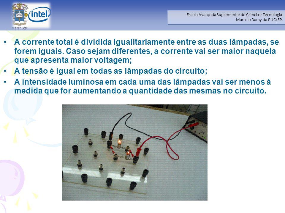 A corrente total é dividida igualitariamente entre as duas lâmpadas, se forem iguais. Caso sejam diferentes, a corrente vai ser maior naquela que apresenta maior voltagem;