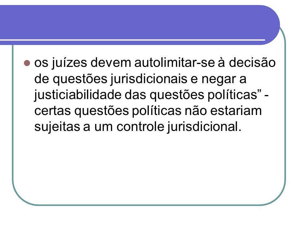 os juízes devem autolimitar-se à decisão de questões jurisdicionais e negar a justiciabilidade das questões políticas - certas questões políticas não estariam sujeitas a um controle jurisdicional.