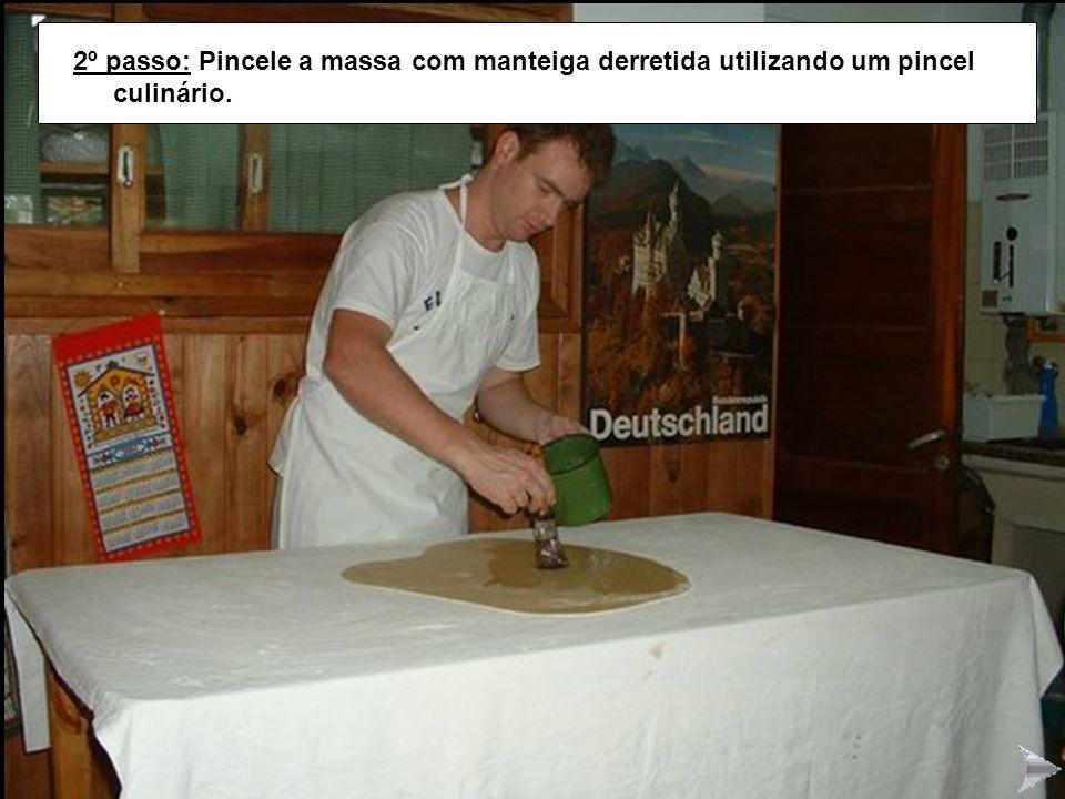 STRUDEL2 2º passo: Pincele a massa com manteiga derretida utilizando um pincel culinário.