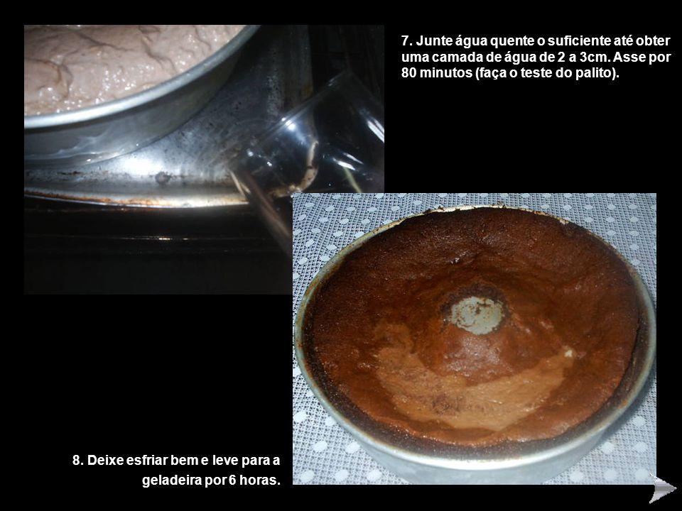 7. Junte água quente o suficiente até obter uma camada de água de 2 a 3cm. Asse por 80 minutos (faça o teste do palito).