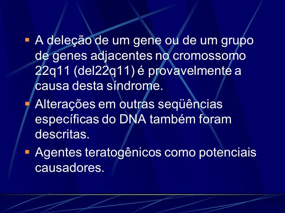 A deleção de um gene ou de um grupo de genes adjacentes no cromossomo 22q11 (del22q11) é provavelmente a causa desta síndrome.
