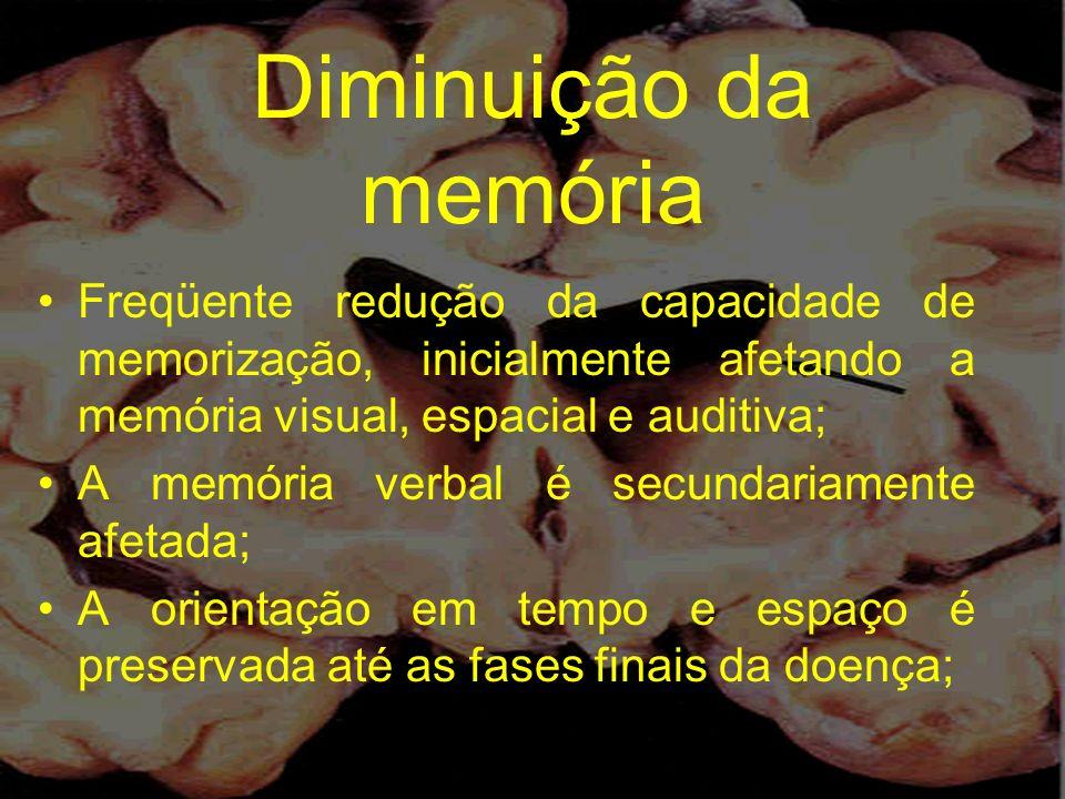 Diminuição da memória Freqüente redução da capacidade de memorização, inicialmente afetando a memória visual, espacial e auditiva;