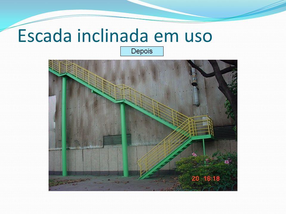 Escada inclinada em uso