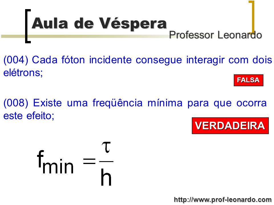 (004) Cada fóton incidente consegue interagir com dois elétrons;