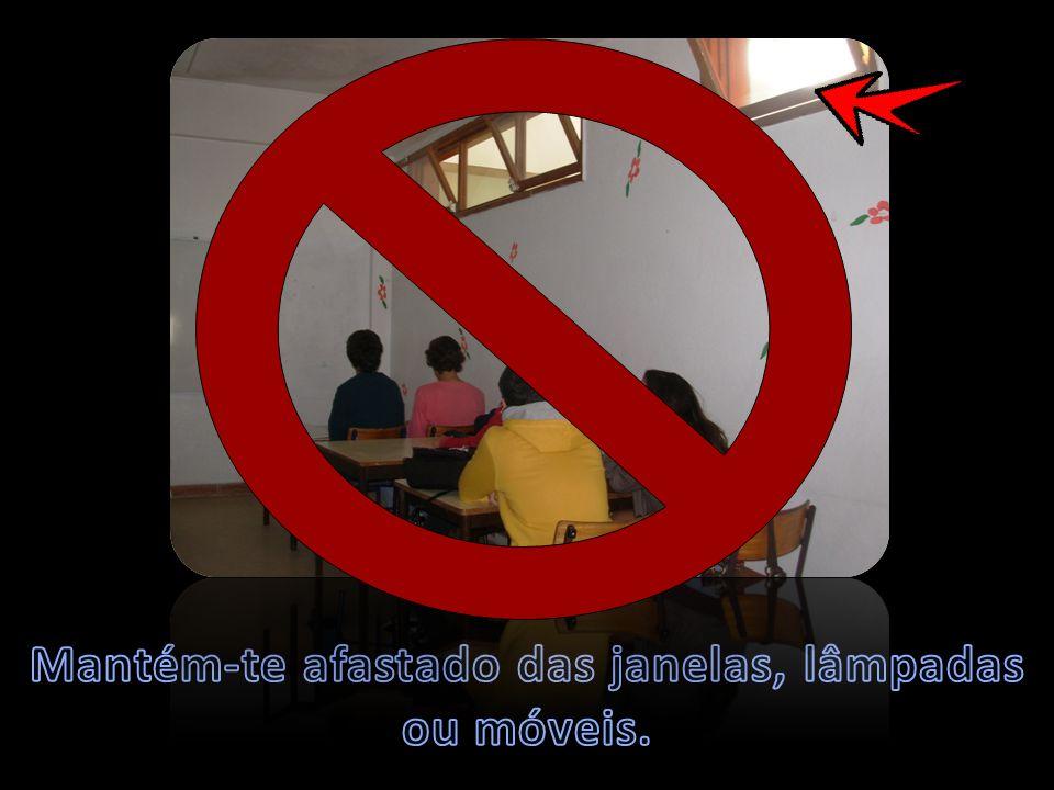 Mantém-te afastado das janelas, lâmpadas ou móveis.