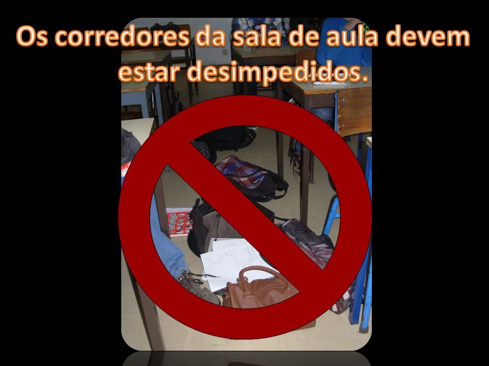 Os corredores da sala de aula devem estar desimpedidos.