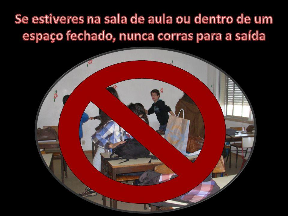 Se estiveres na sala de aula ou dentro de um espaço fechado, nunca corras para a saída