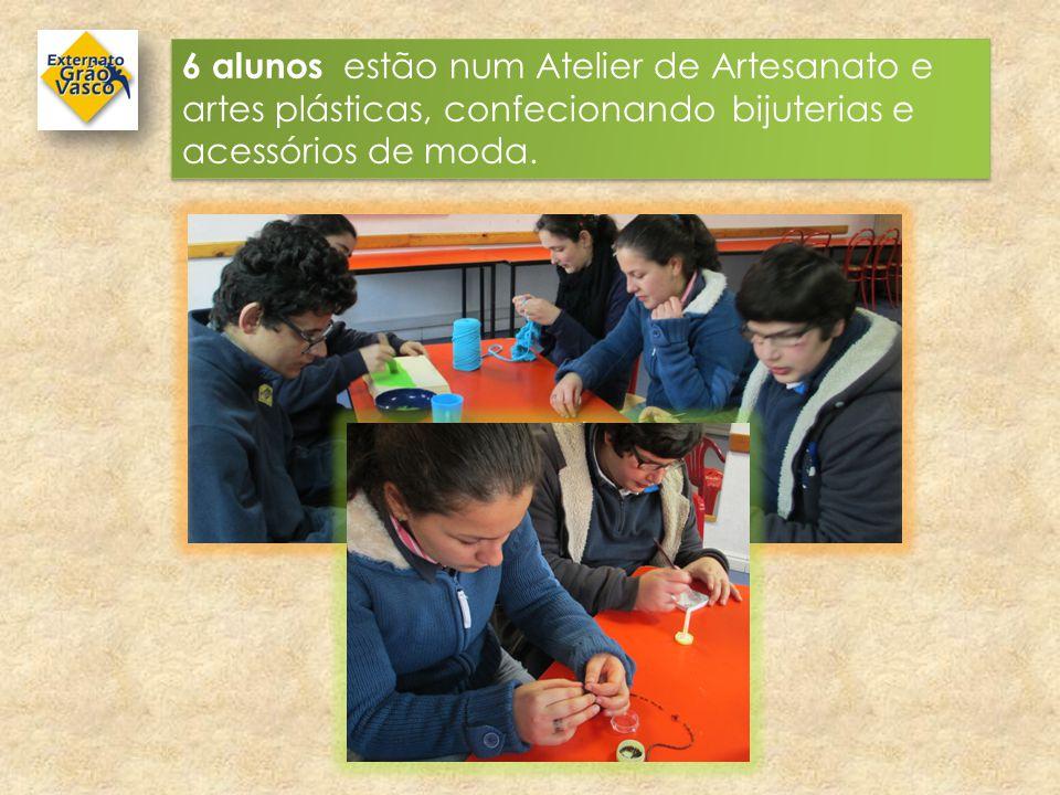 6 alunos estão num Atelier de Artesanato e artes plásticas, confecionando bijuterias e acessórios de moda.