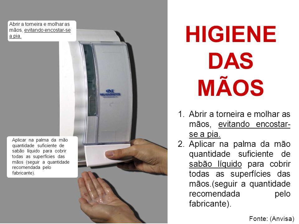 Abrir a torneira e molhar as mãos, evitando encostar-se a pia.