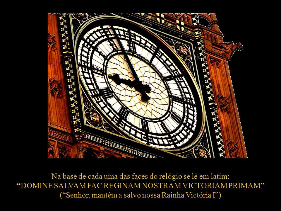 Na base de cada uma das faces do relógio se lê em latim:
