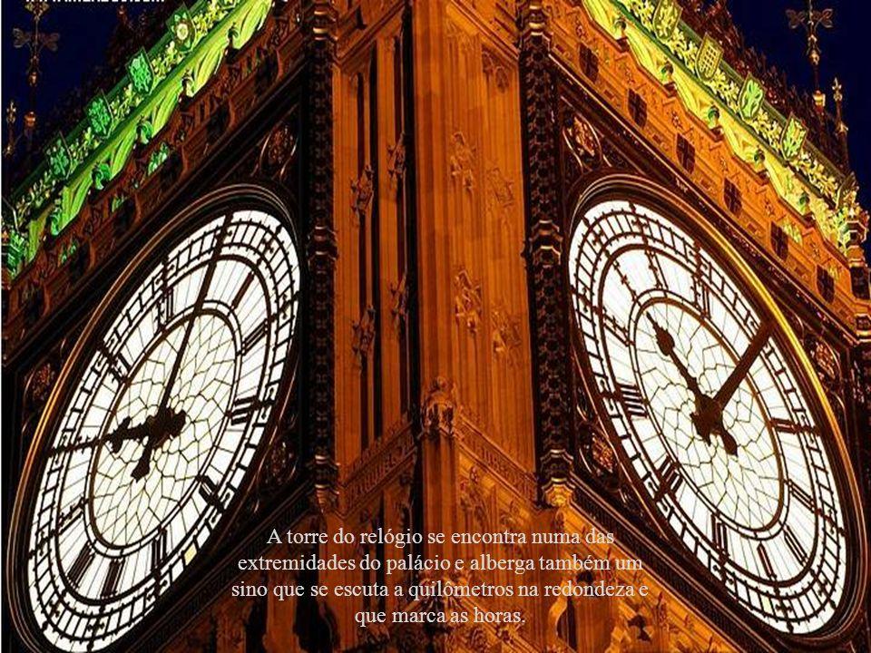 A torre do relógio se encontra numa das extremidades do palácio e alberga também um sino que se escuta a quilômetros na redondeza e que marca as horas.
