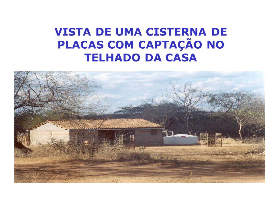 VISTA DE UMA CISTERNA DE PLACAS COM CAPTAÇÃO NO TELHADO DA CASA