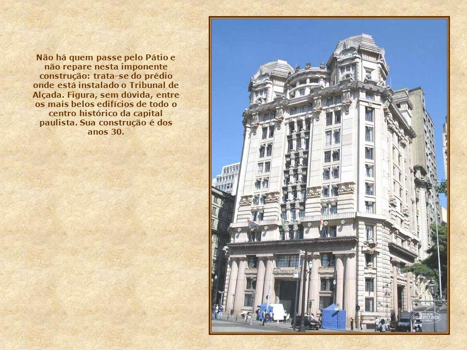 Não há quem passe pelo Pátio e não repare nesta imponente construção: trata-se do prédio onde está instalado o Tribunal de Alçada.