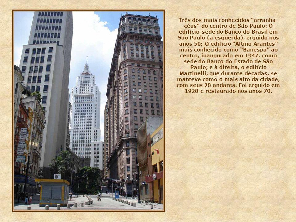 Três dos mais conhecidos arranha-céus do centro de São Paulo: O edifício-sede do Banco do Brasil em São Paulo (à esquerda), erguido nos anos 50; O edifício Altino Arantes mais conhecido como Banespa ao centro, inaugurado em 1947, como sede do Banco do Estado de São Paulo; e à direita, o edifício Martinelli, que durante décadas, se manteve como o mais alto da cidade, com seus 28 andares.