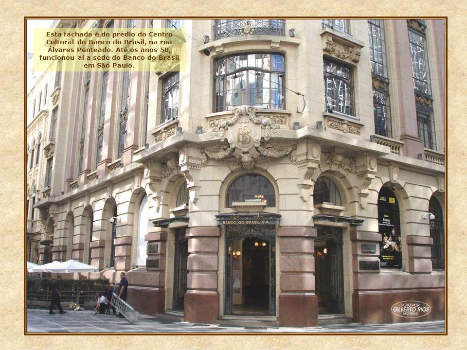 Esta fachada é do prédio do Centro Cultural do Banco do Brasil, na rua Álvares Penteado.