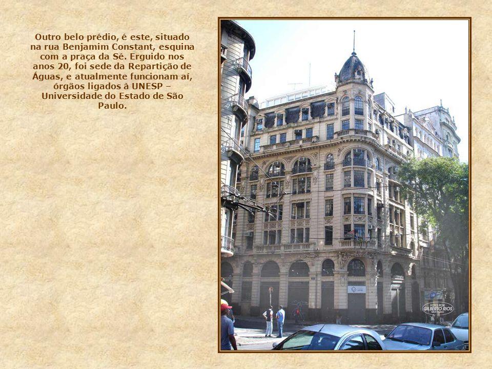 Outro belo prédio, é este, situado na rua Benjamim Constant, esquina com a praça da Sé.