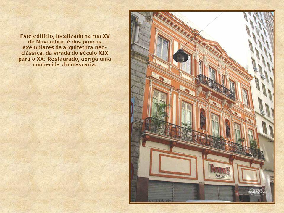 Este edifício, localizado na rua XV de Novembro, é dos poucos exemplares da arquitetura néo-clássica, da virada do século XIX para o XX.