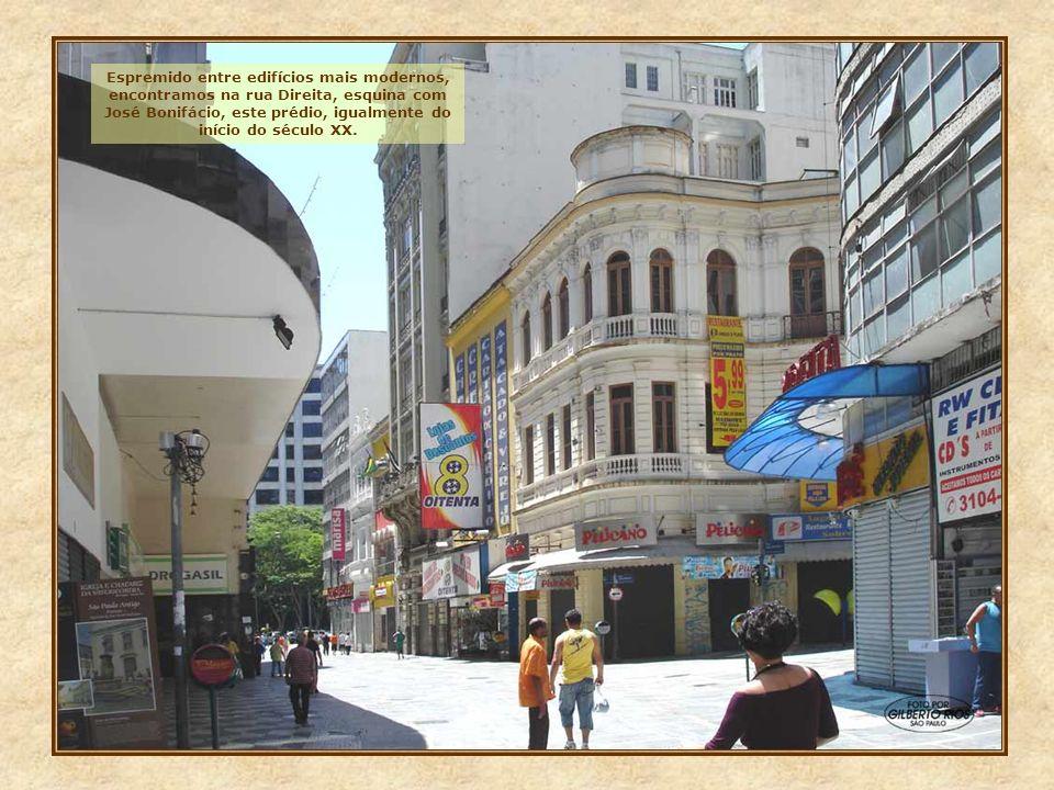 Espremido entre edifícios mais modernos, encontramos na rua Direita, esquina com José Bonifácio, este prédio, igualmente do início do século XX.