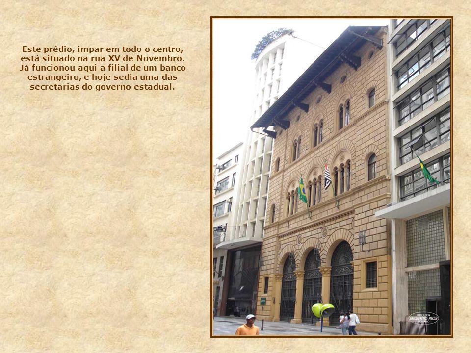 Este prédio, impar em todo o centro, está situado na rua XV de Novembro.