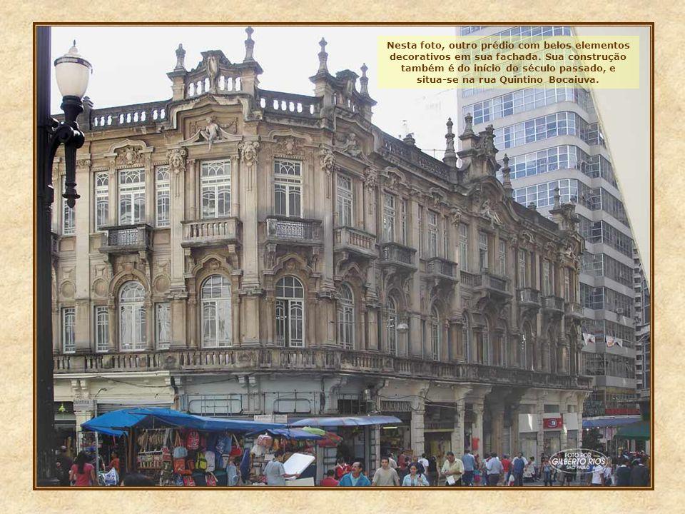 Nesta foto, outro prédio com belos elementos decorativos em sua fachada.
