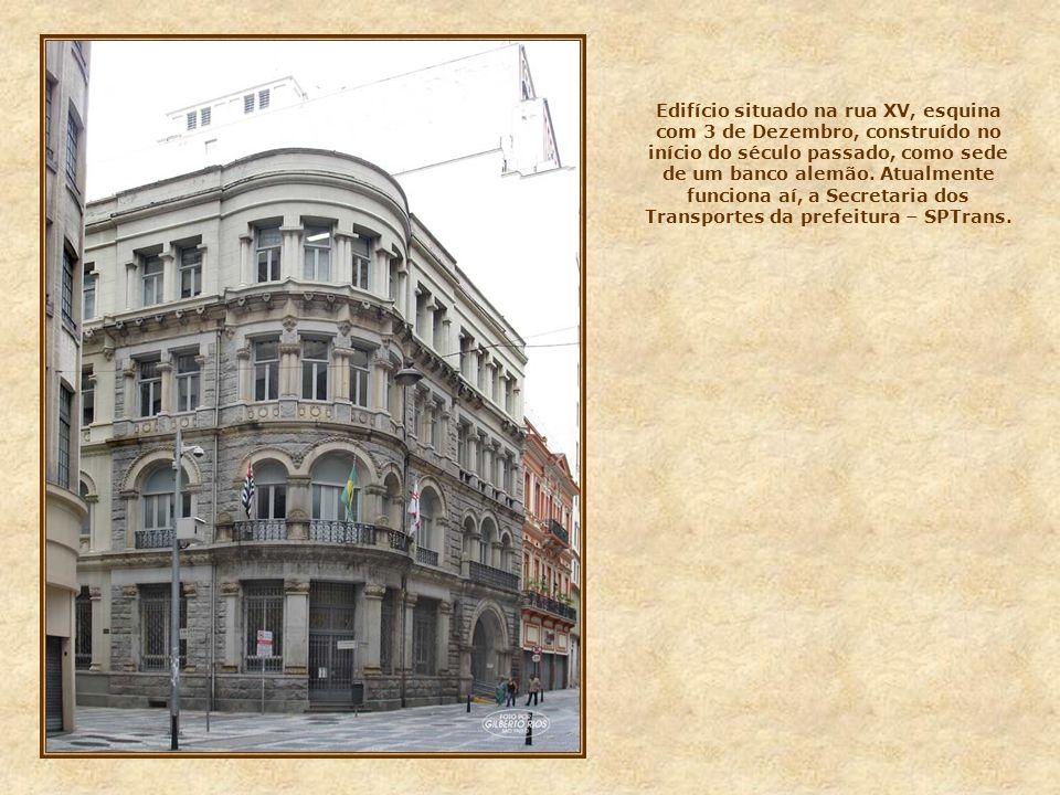 Edifício situado na rua XV, esquina com 3 de Dezembro, construído no início do século passado, como sede de um banco alemão.