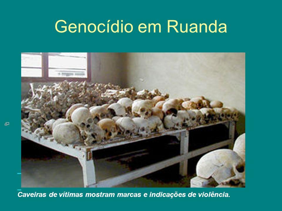 Genocídio em Ruanda Caveiras de vítimas mostram marcas e indicações de violência.