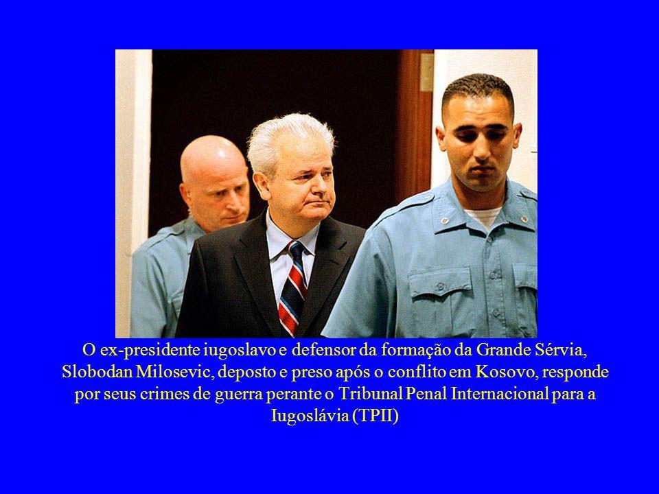 O ex-presidente iugoslavo e defensor da formação da Grande Sérvia, Slobodan Milosevic, deposto e preso após o conflito em Kosovo, responde por seus crimes de guerra perante o Tribunal Penal Internacional para a Iugoslávia (TPII)
