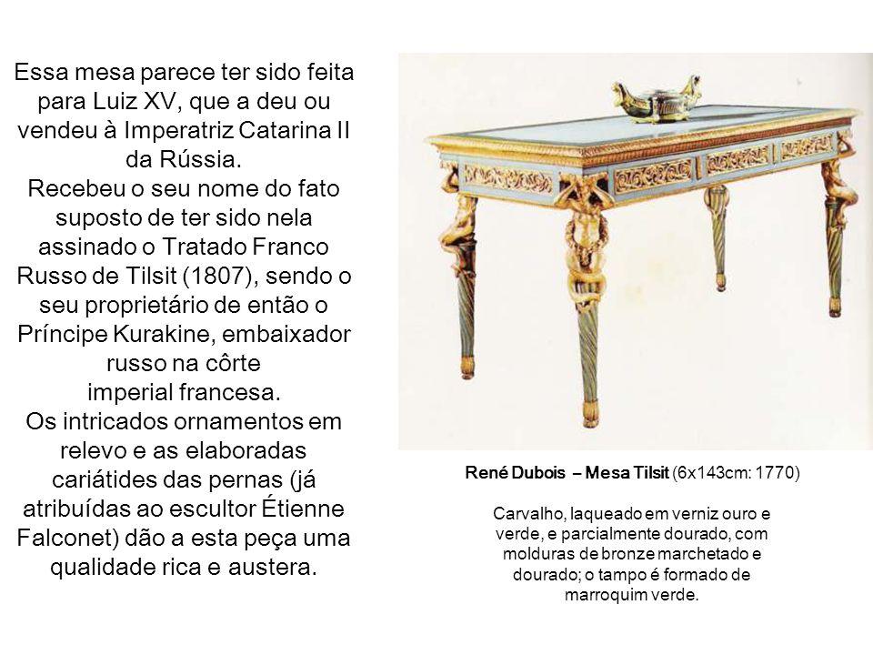 Essa mesa parece ter sido feita para Luiz XV, que a deu ou vendeu à Imperatriz Catarina II da Rússia.