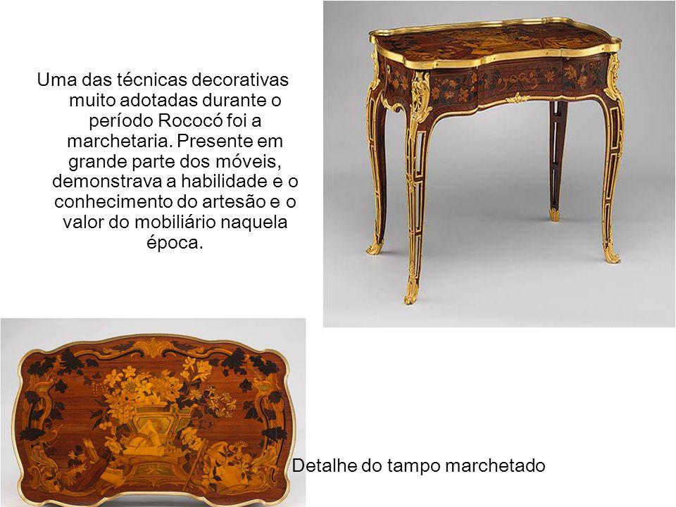 Uma das técnicas decorativas muito adotadas durante o período Rococó foi a marchetaria. Presente em grande parte dos móveis, demonstrava a habilidade e o conhecimento do artesão e o valor do mobiliário naquela época.