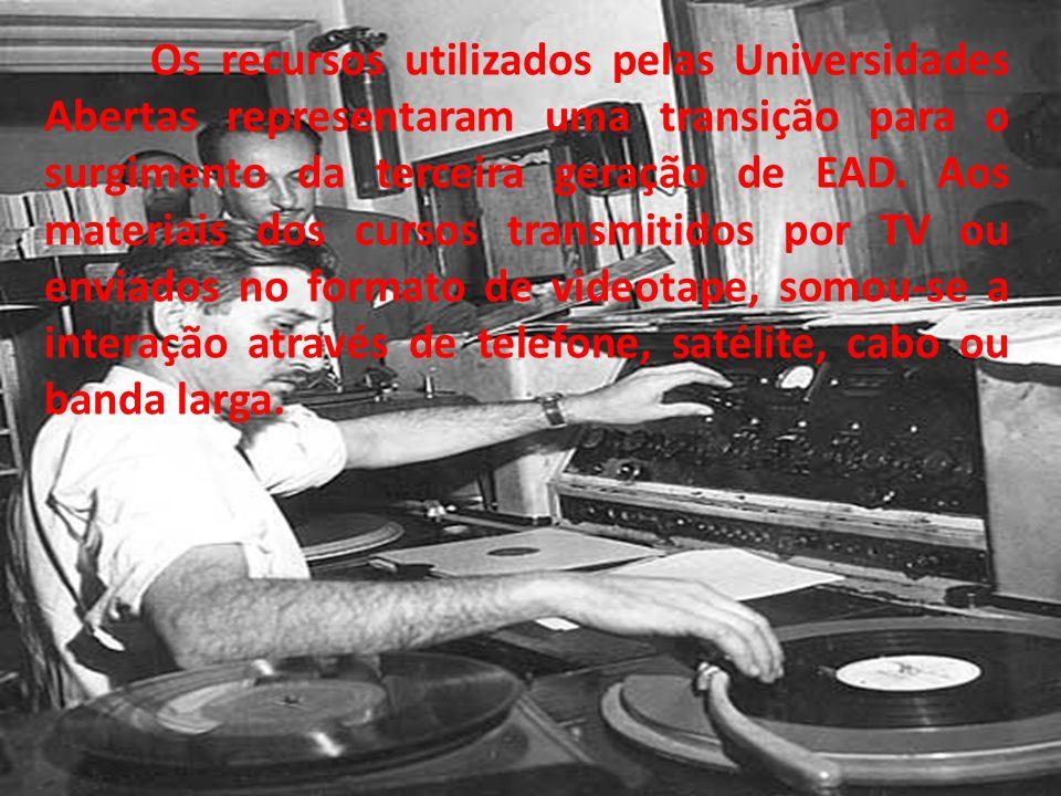 Os recursos utilizados pelas Universidades Abertas representaram uma transição para o surgimento da terceira geração de EAD.