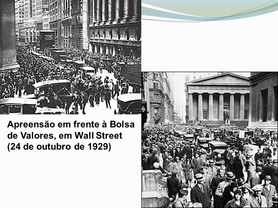 Apreensão em frente à Bolsa de Valores, em Wall Street (24 de outubro de 1929)