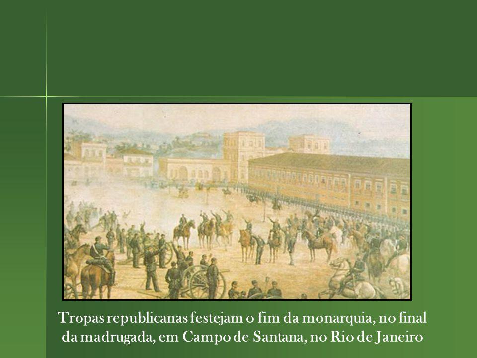Tropas republicanas festejam o fim da monarquia, no final da madrugada, em Campo de Santana, no Rio de Janeiro