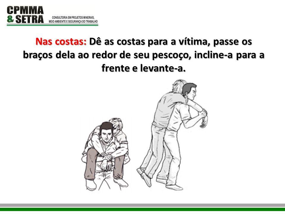 Nas costas: Dê as costas para a vítima, passe os braços dela ao redor de seu pescoço, incline-a para a frente e levante-a.