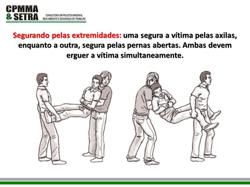 Segurando pelas extremidades: uma segura a vítima pelas axilas, enquanto a outra, segura pelas pernas abertas.