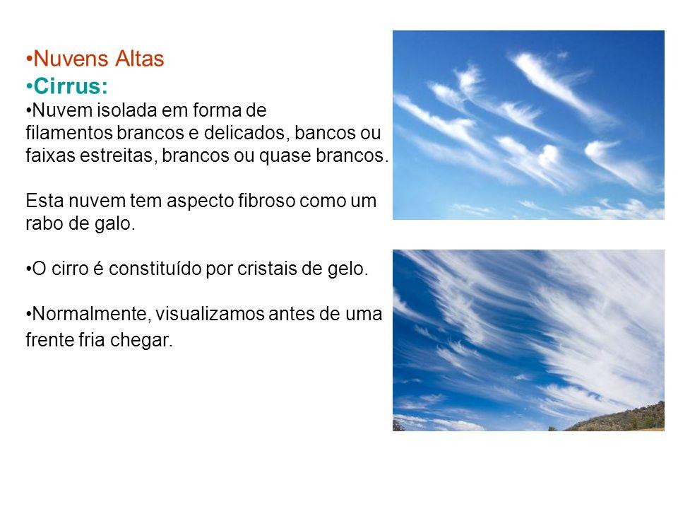 Nuvens Altas Cirrus: Nuvem isolada em forma de