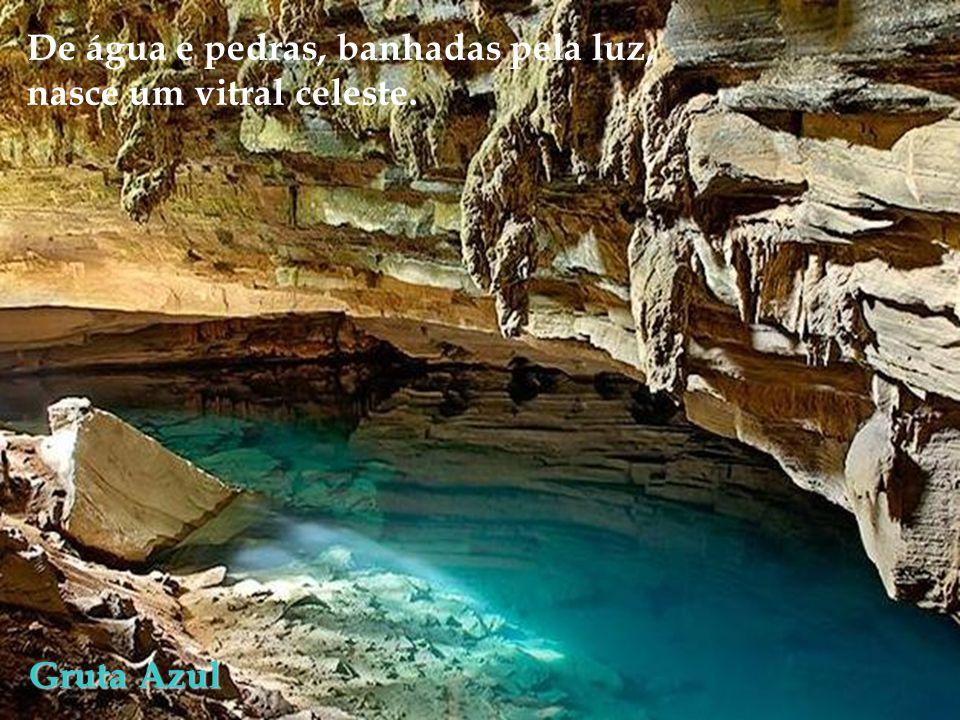 De água e pedras, banhadas pela luz,
