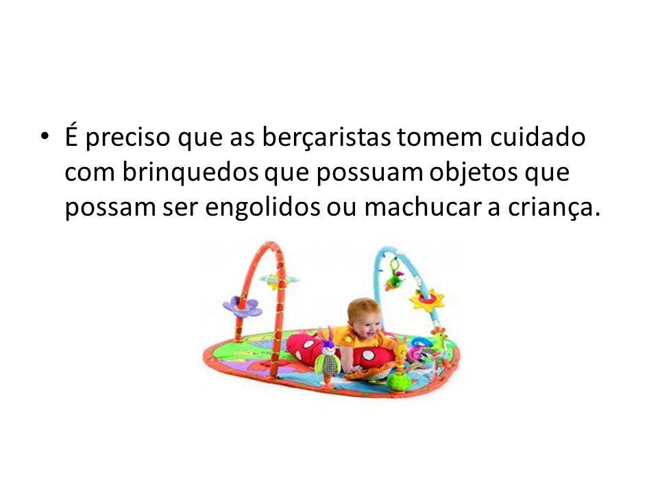 É preciso que as berçaristas tomem cuidado com brinquedos que possuam objetos que possam ser engolidos ou machucar a criança.