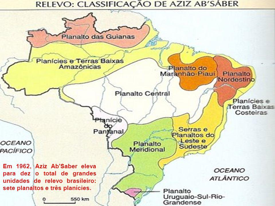 Em 1962, Aziz Ab Saber eleva para dez o total de grandes unidades de relevo brasileiro: sete planaltos e três planícies.