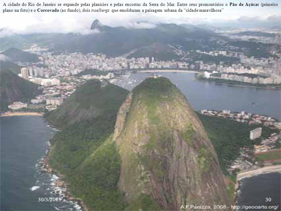 A cidade do Rio de Janeiro se expande pelas planícies e pelas encostas da Serra do Mar. Entre seus promontórios o Pão de Açúcar (primeiro plano na foto) e o Corcovado (ao fundo), dois inselbergs que emolduram a paisagem urbana da cidade maravilhosa