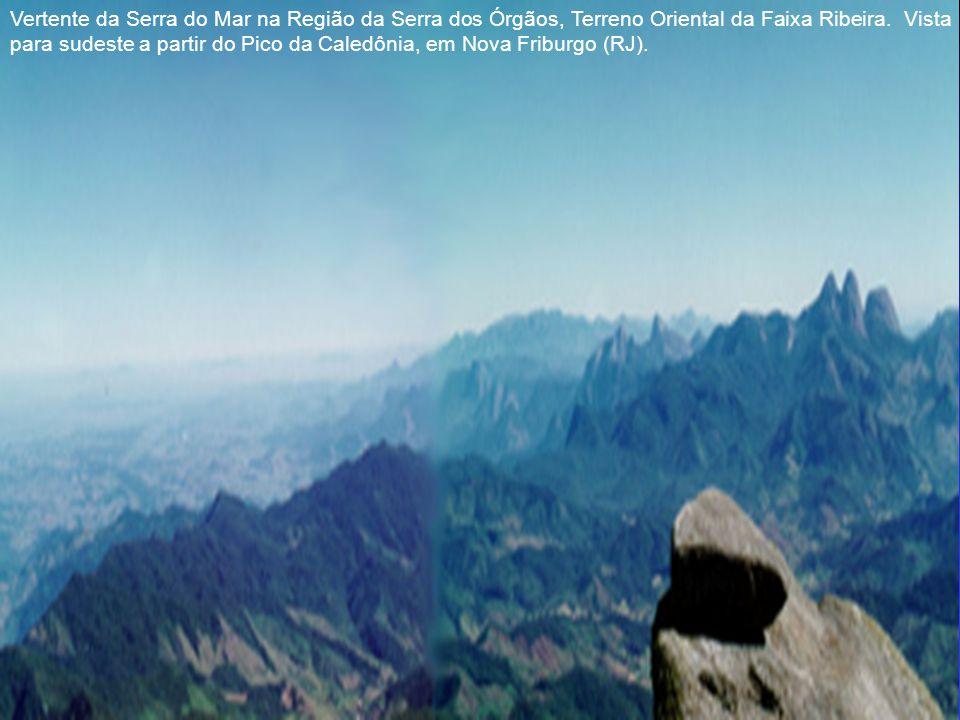 Vertente da Serra do Mar na Região da Serra dos Órgãos, Terreno Oriental da Faixa Ribeira. Vista para sudeste a partir do Pico da Caledônia, em Nova Friburgo (RJ).