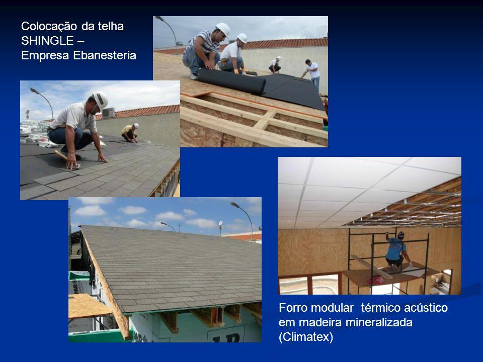 Colocação da telha SHINGLE – Empresa Ebanesteria. Forro modular térmico acústico em madeira mineralizada.