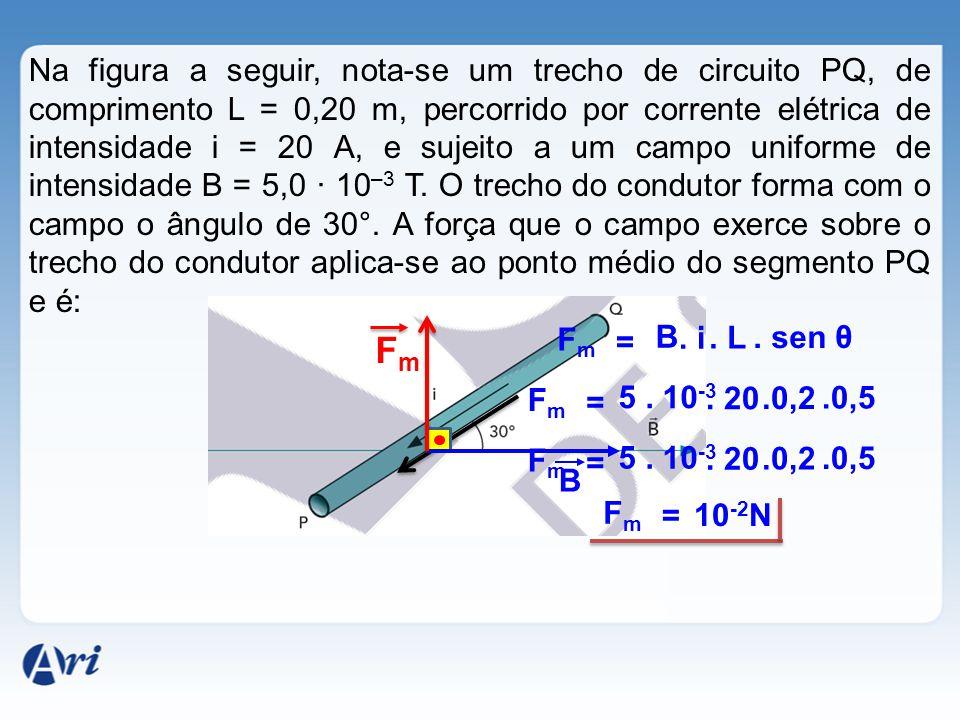 Na figura a seguir, nota-se um trecho de circuito PQ, de comprimento L = 0,20 m, percorrido por corrente elétrica de intensidade i = 20 A, e sujeito a um campo uniforme de intensidade B = 5,0 · 10–3 T. O trecho do condutor forma com o campo o ângulo de 30°. A força que o campo exerce sobre o trecho do condutor aplica-se ao ponto médio do segmento PQ e é: