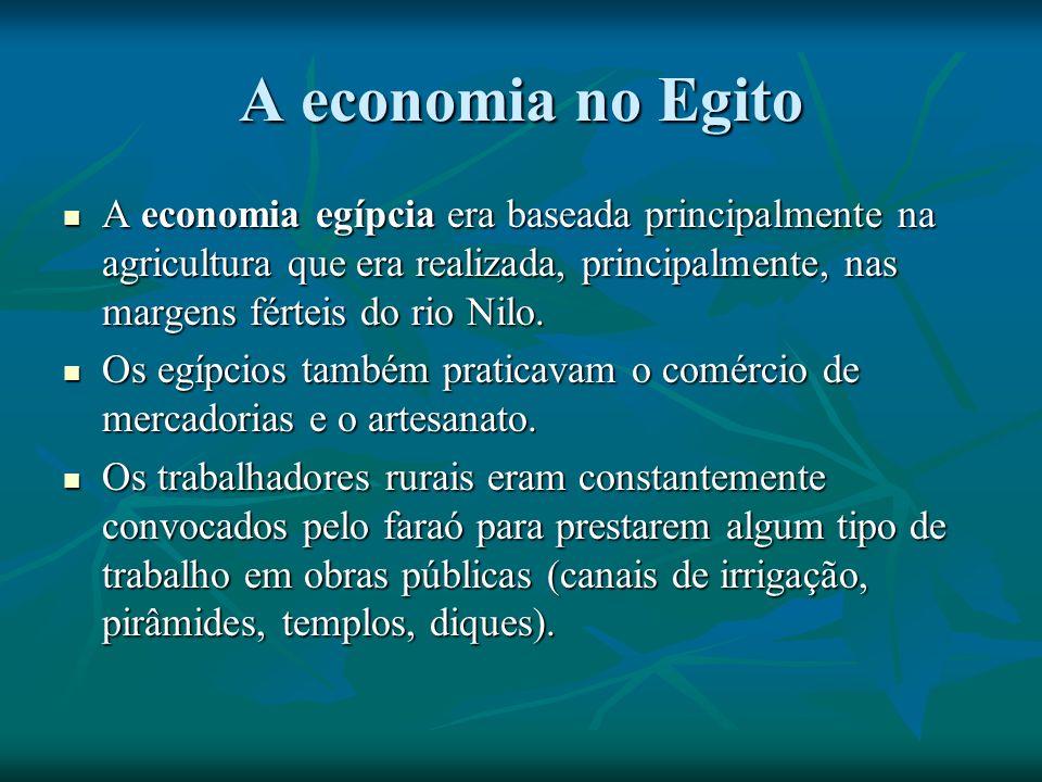 A economia no Egito A economia egípcia era baseada principalmente na agricultura que era realizada, principalmente, nas margens férteis do rio Nilo.