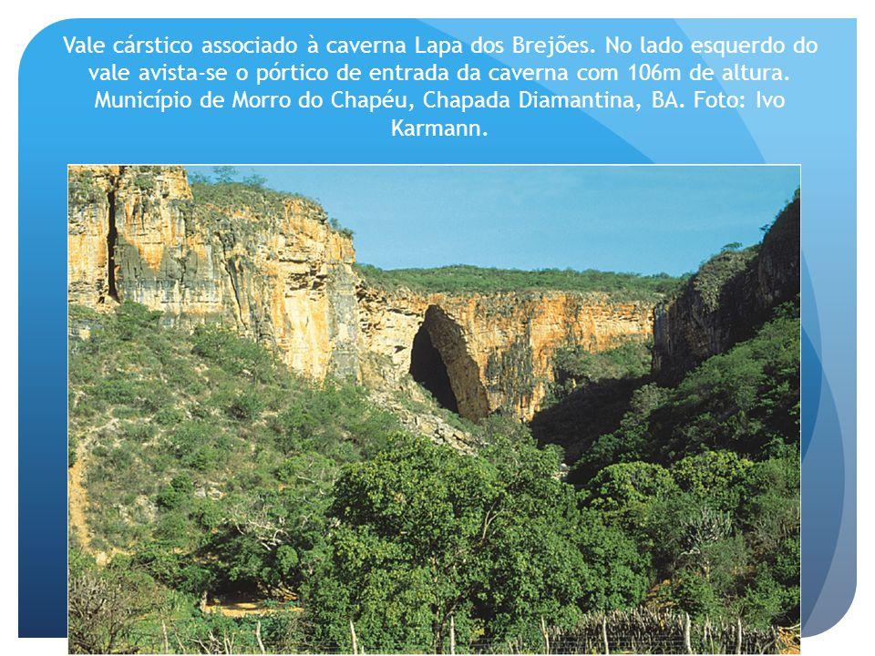 Vale cárstico associado à caverna Lapa dos Brejões