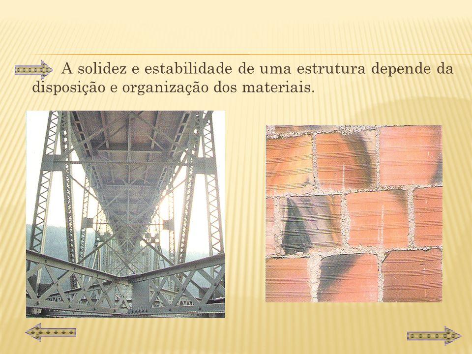 A solidez e estabilidade de uma estrutura depende da disposição e organização dos materiais.